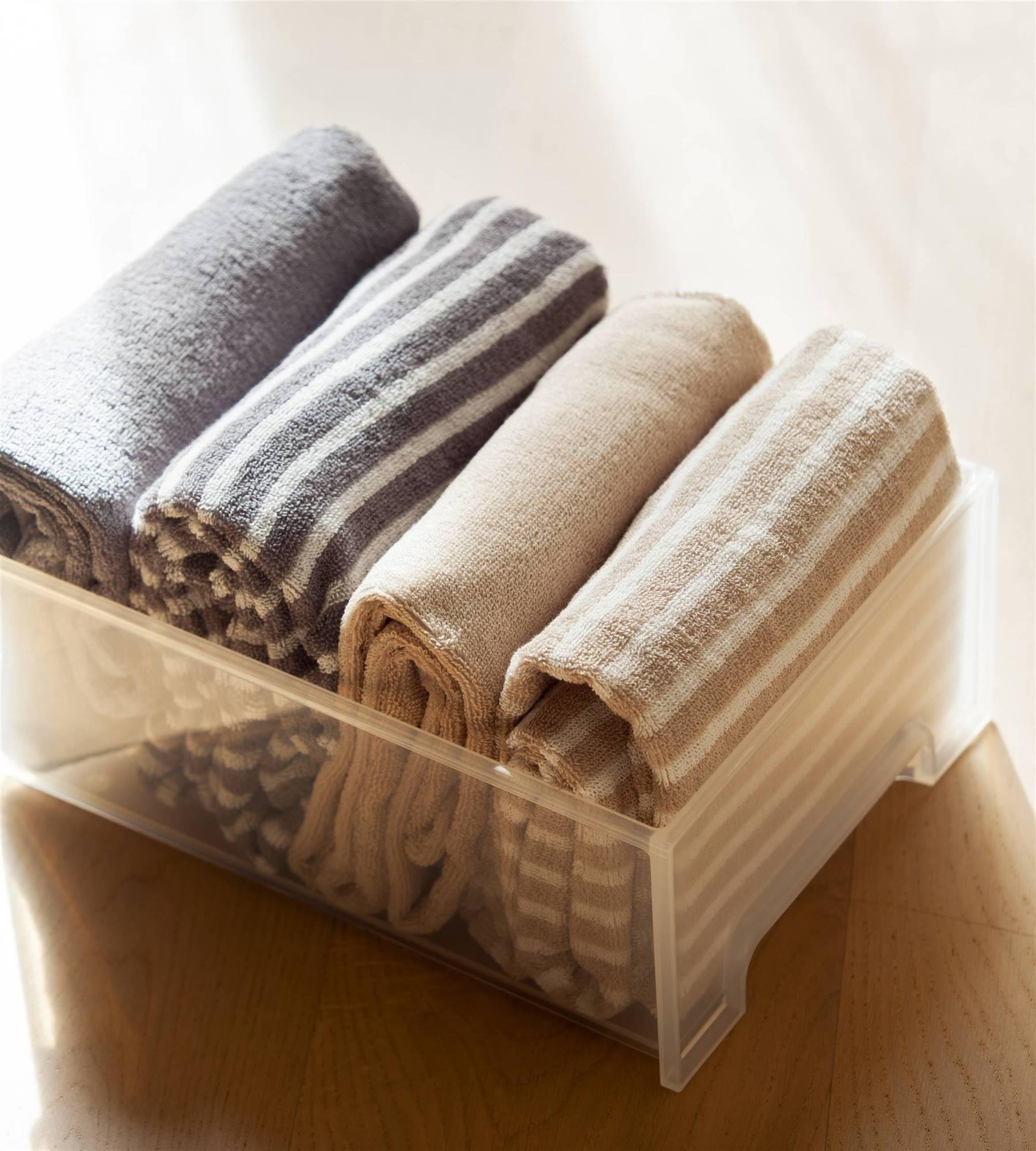 Recuerda acomodar en forma vertical las toallas de tu baño