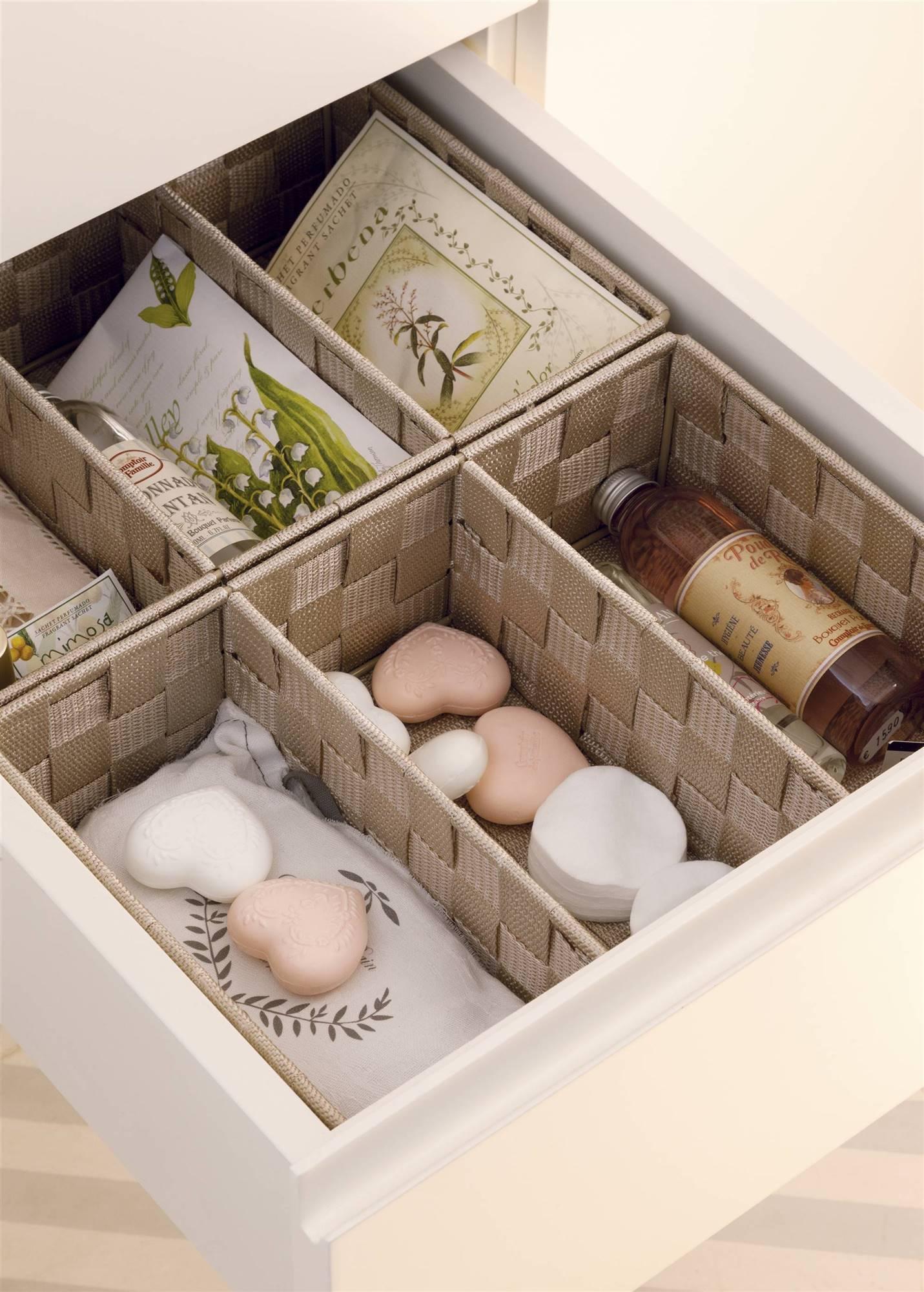 Agrega divisores de espacio en cajones de tu baño