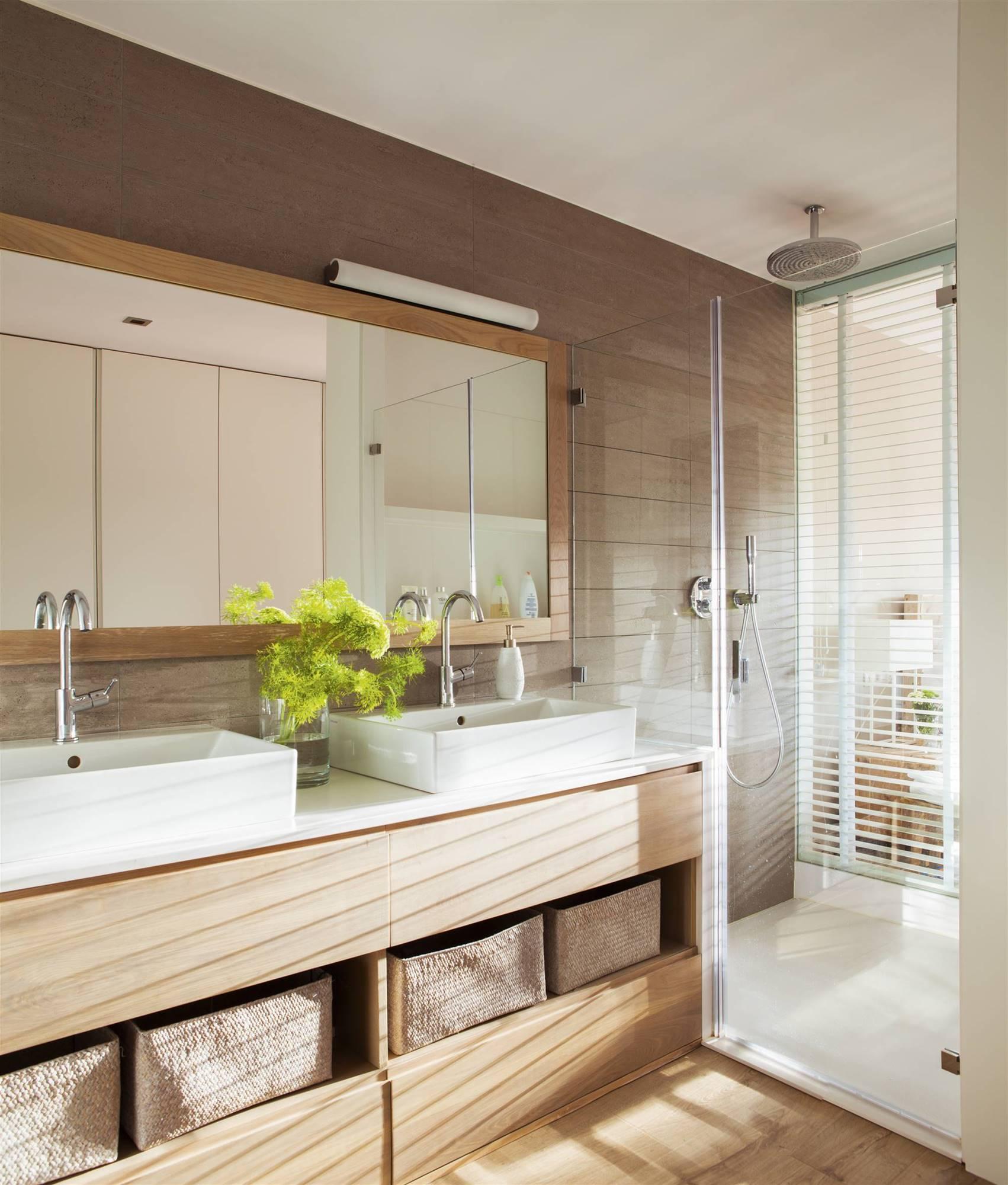 Manten despejado el lavamanos y la encimera para mantener ordenado el baño