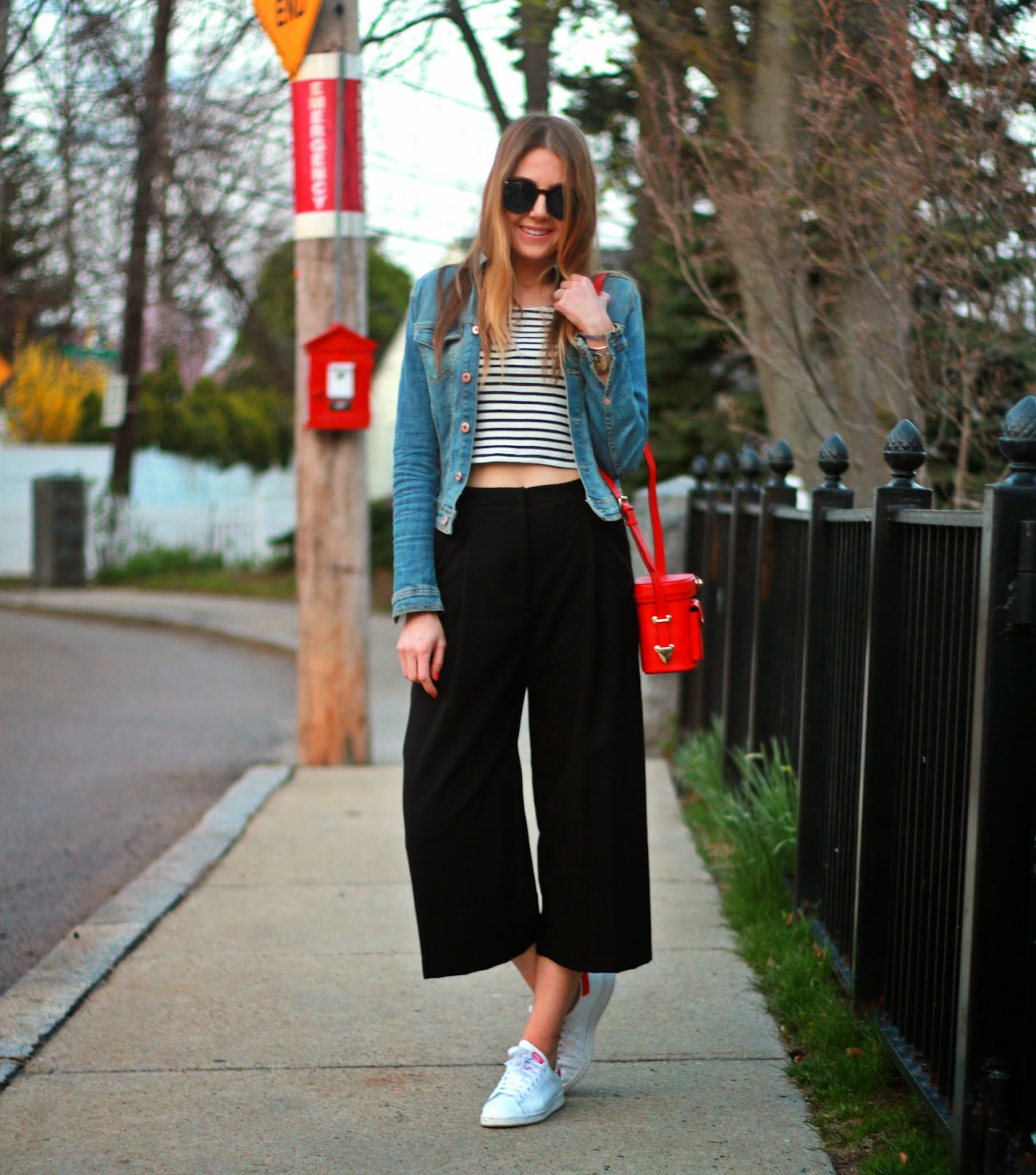 Looks casuales con pantalones anchos en color negro estilo tres cuartos
