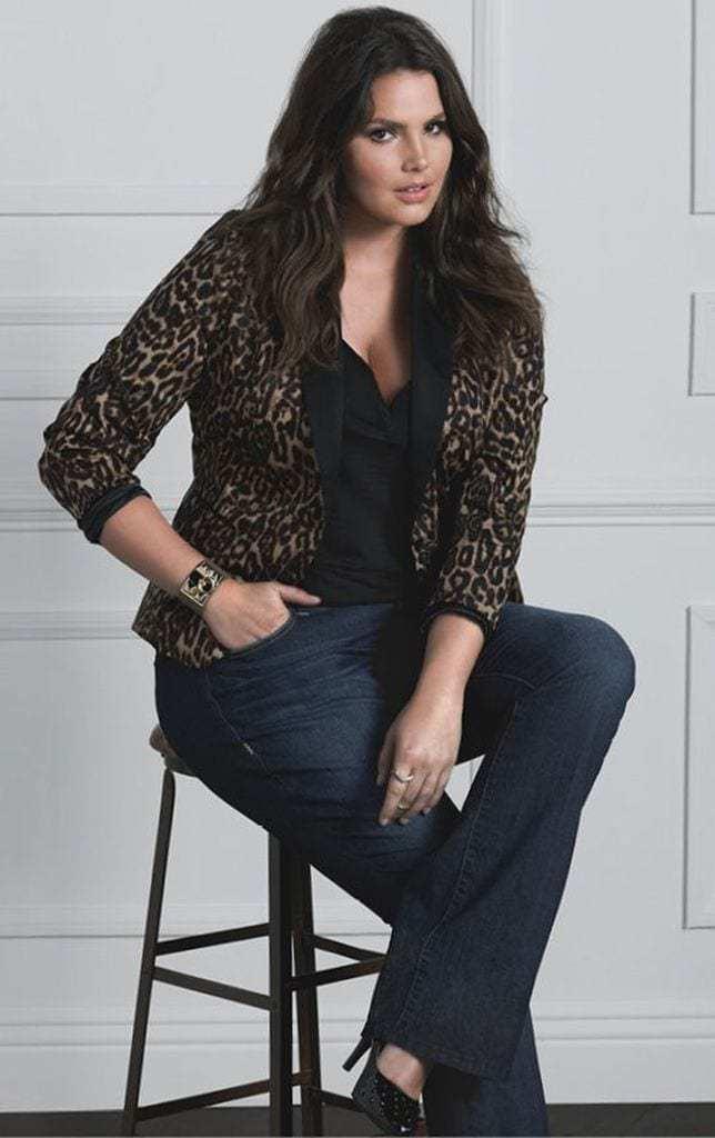 Looks con Blusas Negras y Jeans Para Chicas con Curvas