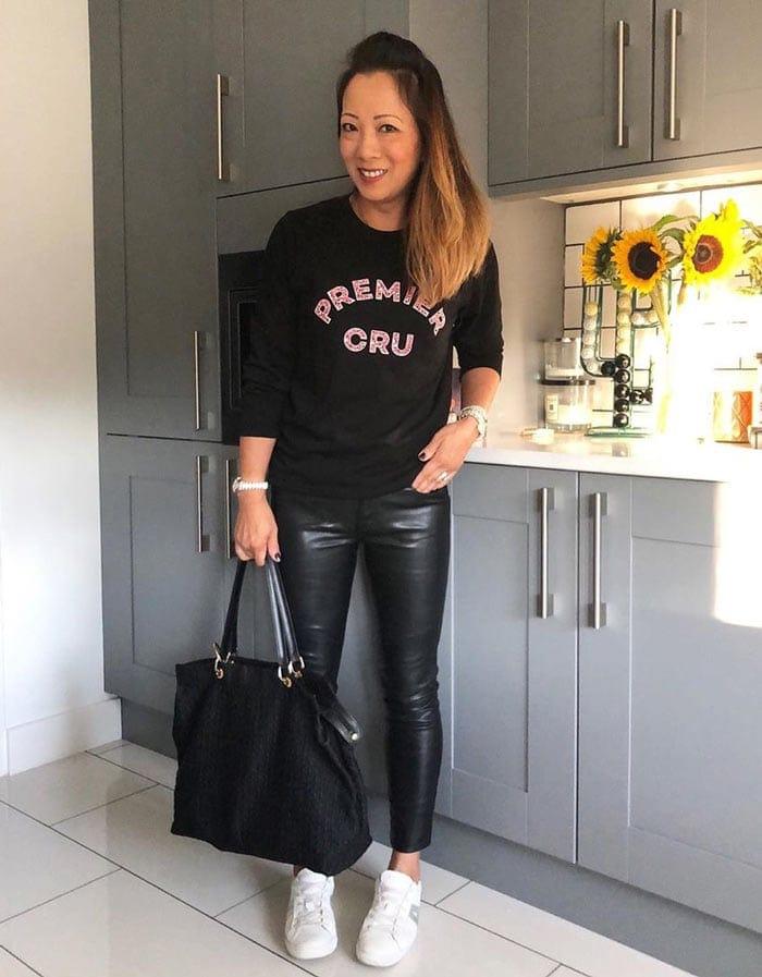 Outfits con blusas negras tipo playera para mujeres maduras y elegantes
