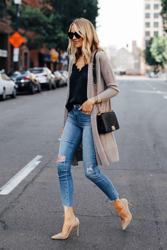 Outfits de blusas negras y jeans en mujeres maduras elegantes