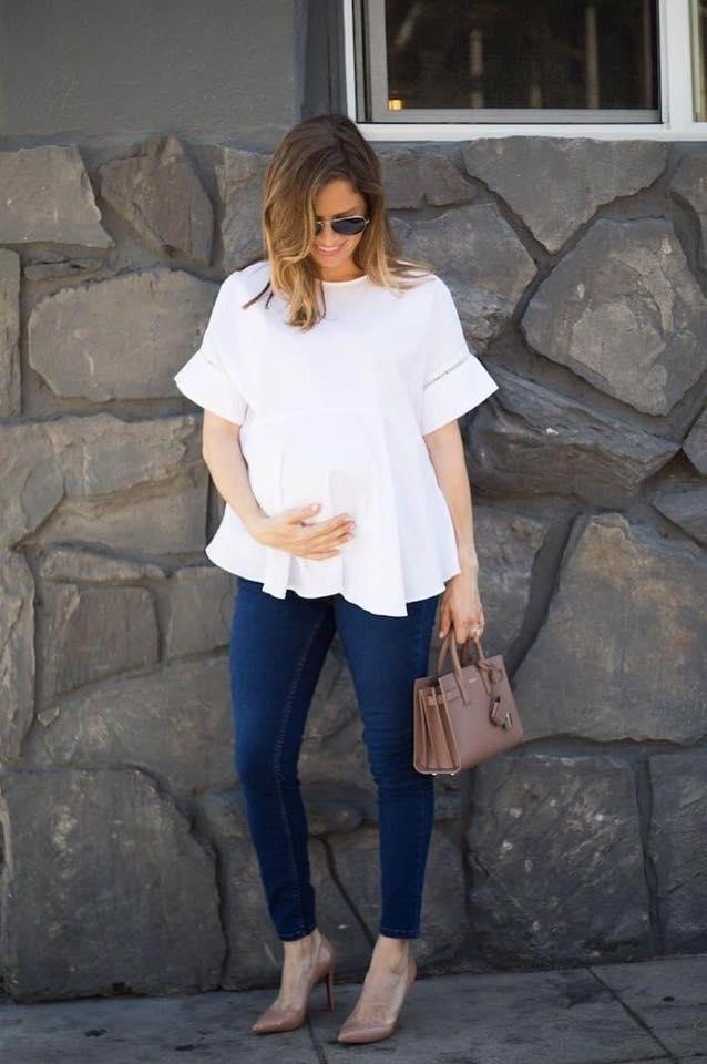 Looks para futuras mamás con blusas blancas