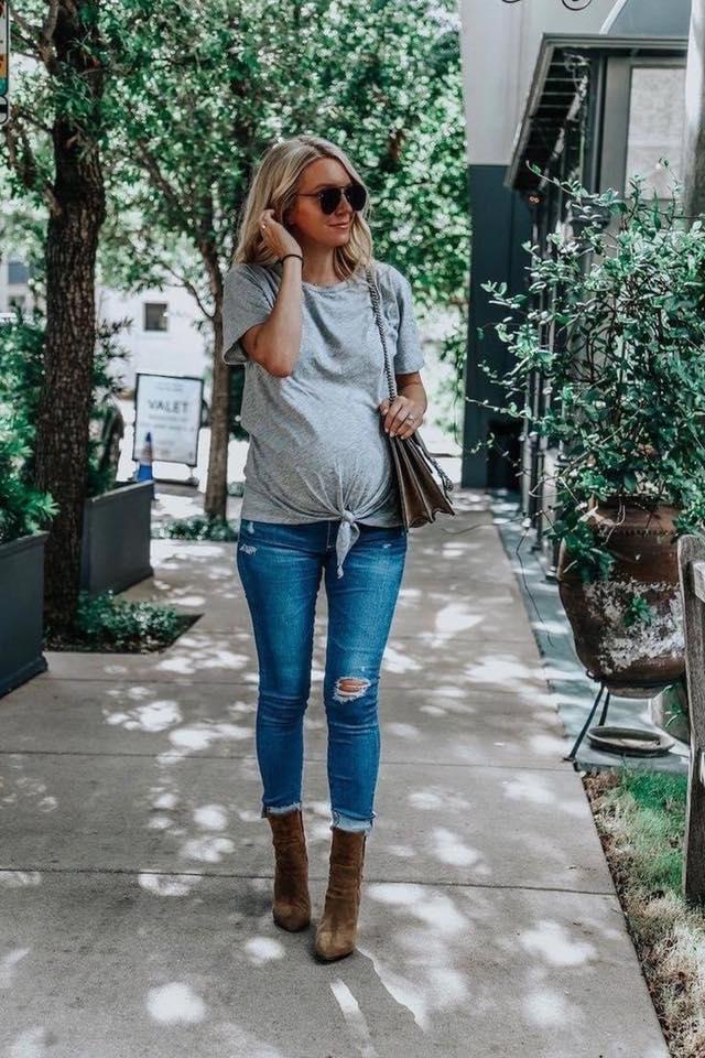 Outfits para futuras mamás con jeans de mezclilla