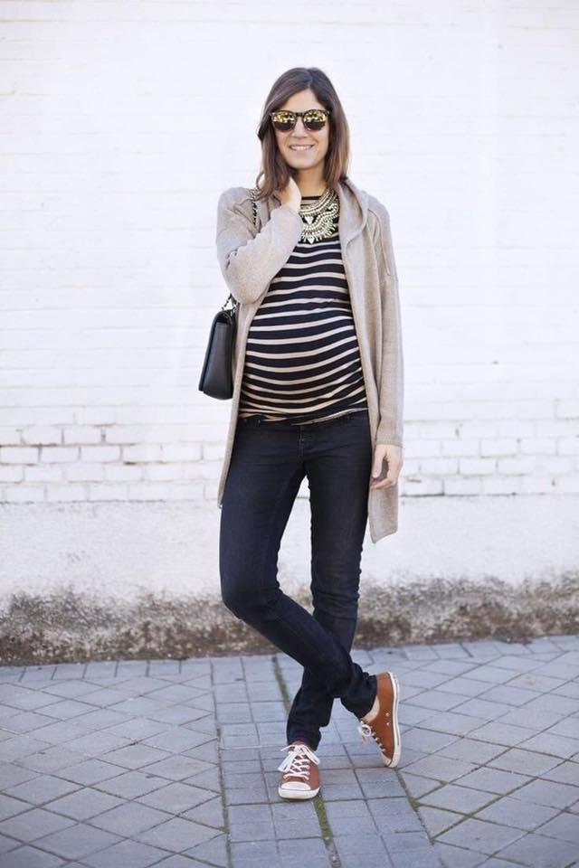 Outfits para futuras mamás con suéter