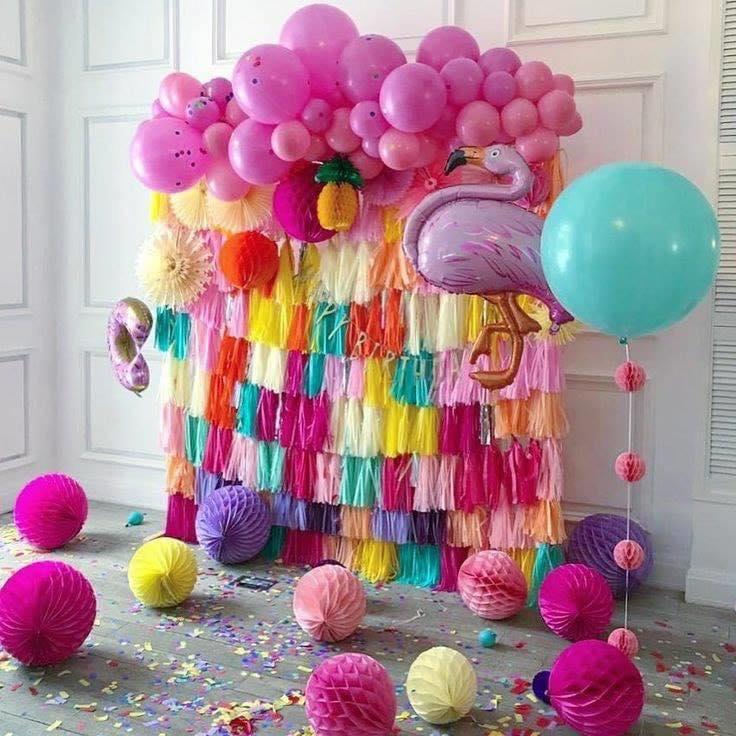 Cortina de colores y globos para cumpleaños