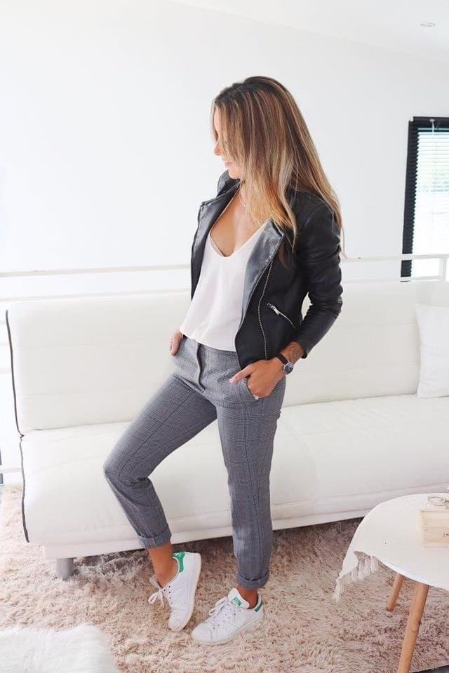 Outfit chamarra negra y tenis