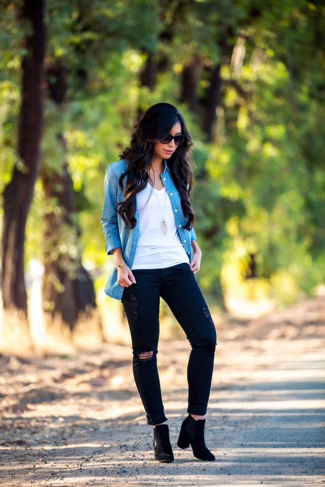 Outfit de leggins negros con camisa de mezclilla