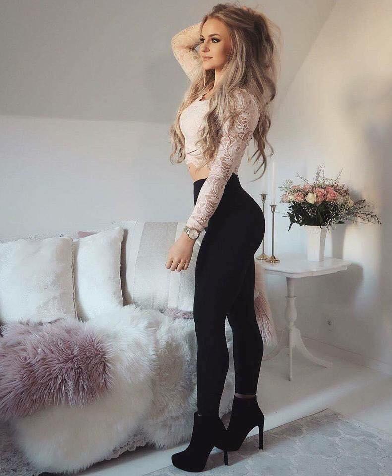 Outfits de leggins negros con crop top