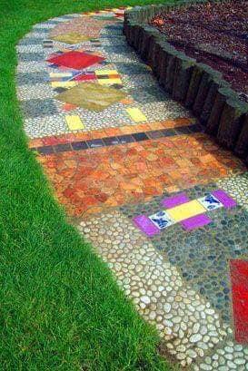 Patios modernos con áreas verdes y piedras