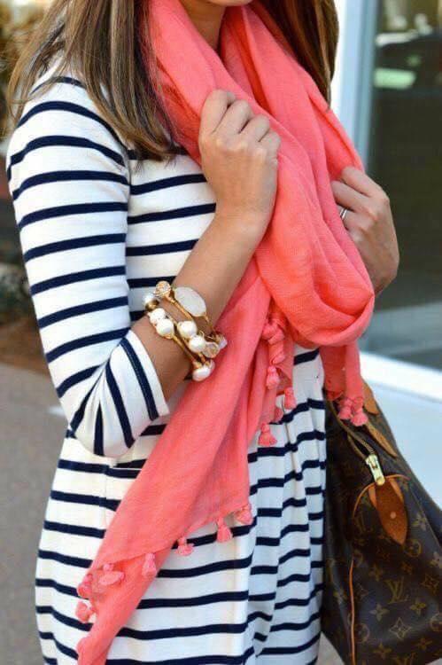 Outfit con bufandas en color coral