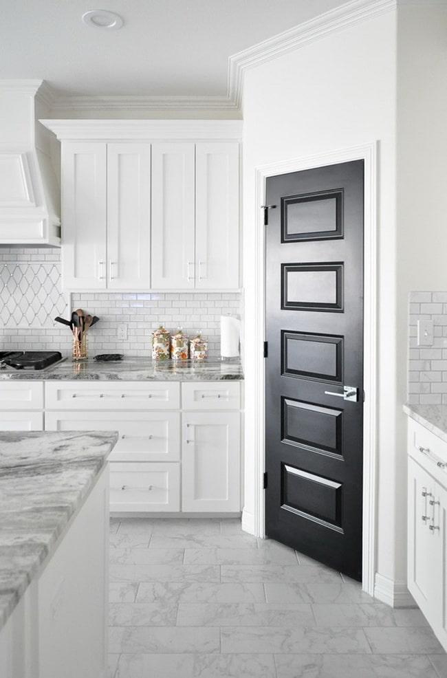 Puerta interior negra para cocina