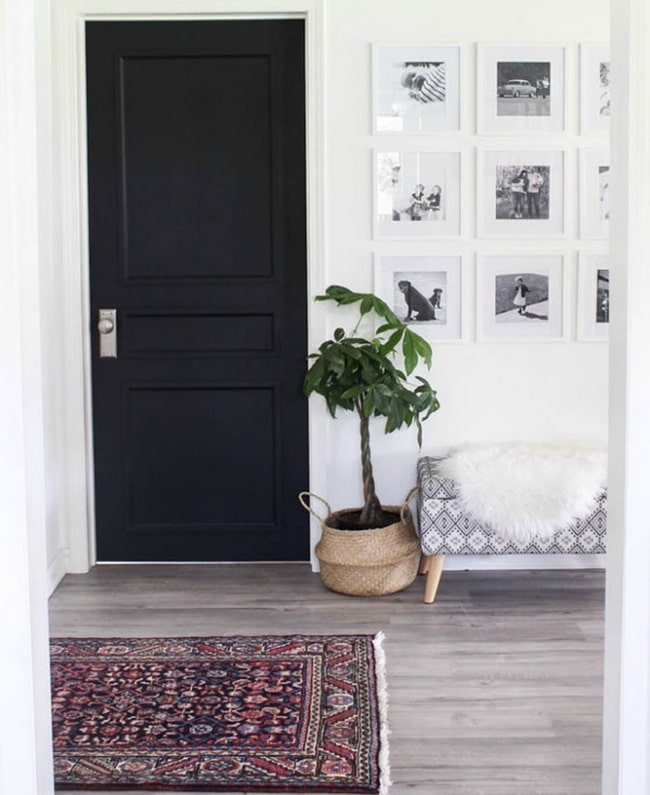 Puerta interior negra sencilla