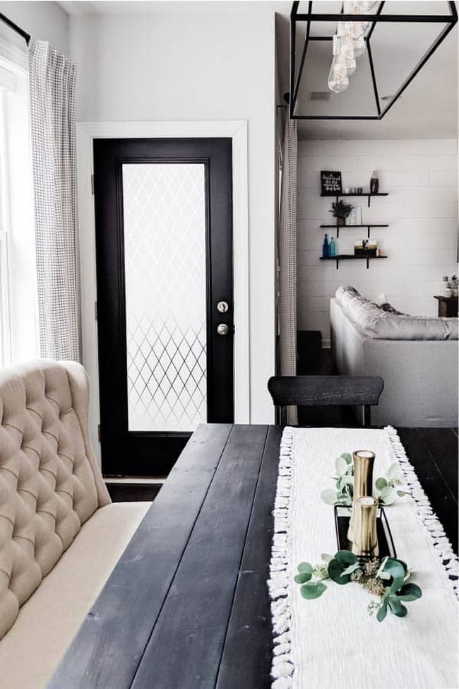Puerta negra con ventanal