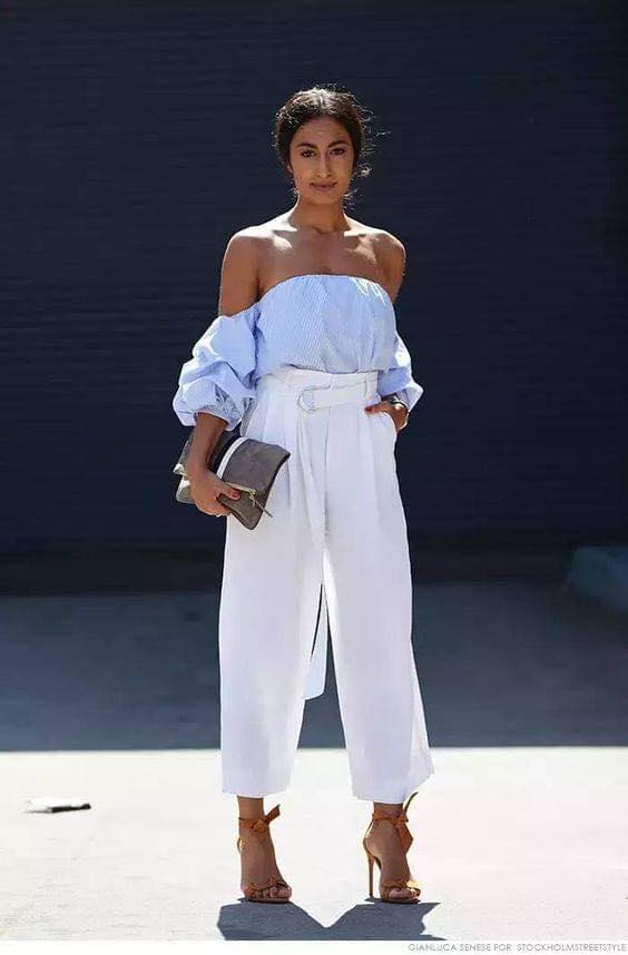 Blusa azul con hombros caídos y pantalón blanco para outfit