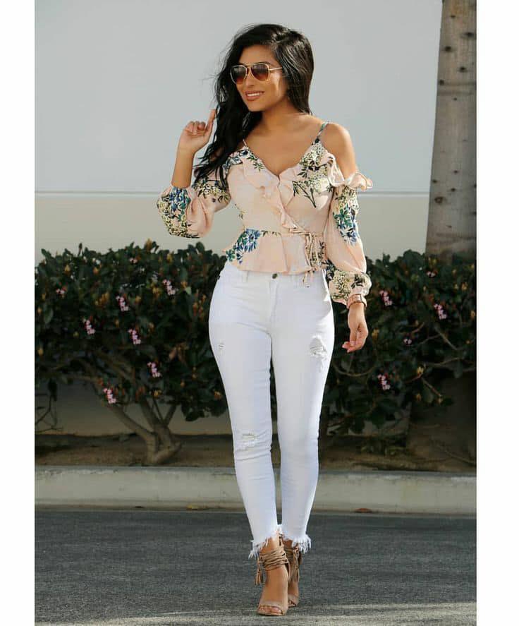 Blusa floreada y pantalones en color blanco para look casual