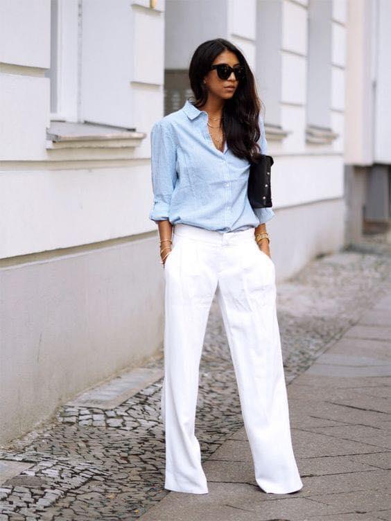 Combinación de maxi blusa azul y pantalón de vestir blanco para mujer de 40 años o más