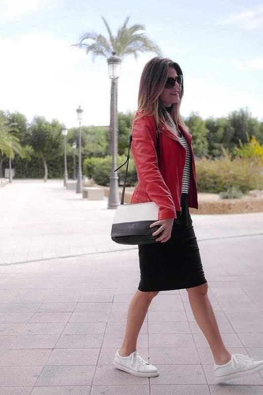 Combinar look de chamarra roja con blusa a rayas