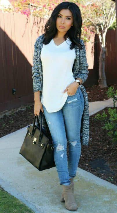 Cómo combinar un cardigan con blusa blanca y jeans