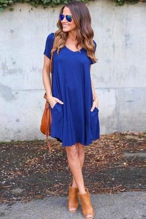 Cómo combinar vestido azul con bolsas y color nude