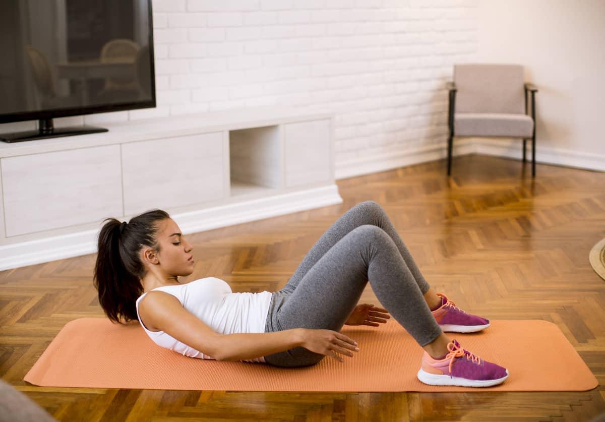 Cómo disminuir el tamaño de la cintura con toque de tobillos