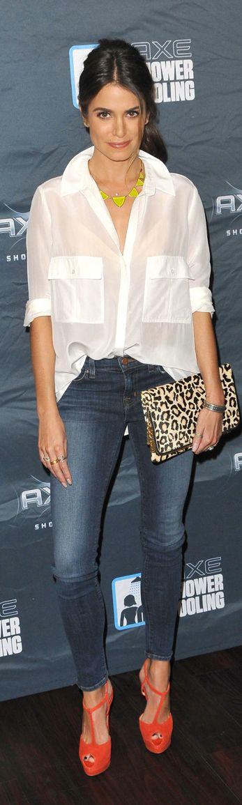 Cómo lucir blusa blanca y jeans si tienes 40 años o más