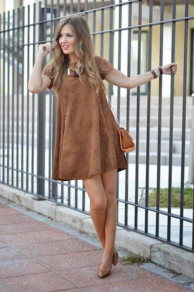 Cómo vestir para temporada con vestido en camel