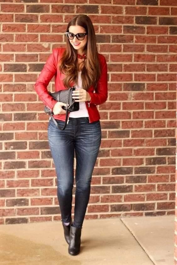 Conjunto casual con chamarra roja y jeans oscuros