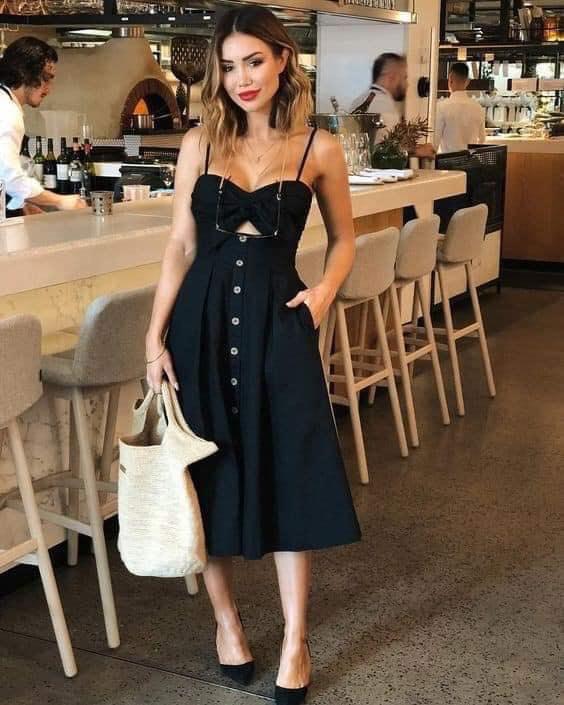Estilo de vestido negro con moño y botones
