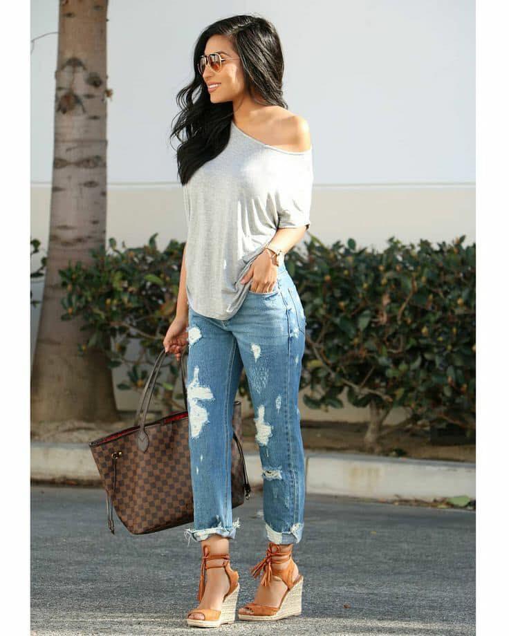 Jeans rasgados y blusa de un hombro para look casual