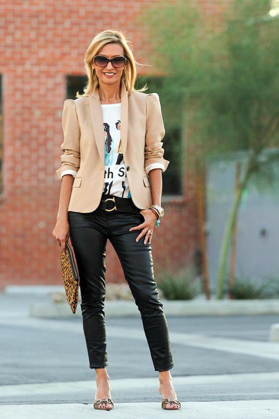 Look con blazer y pantalón de cuero con estilo si tienes 40 años o más
