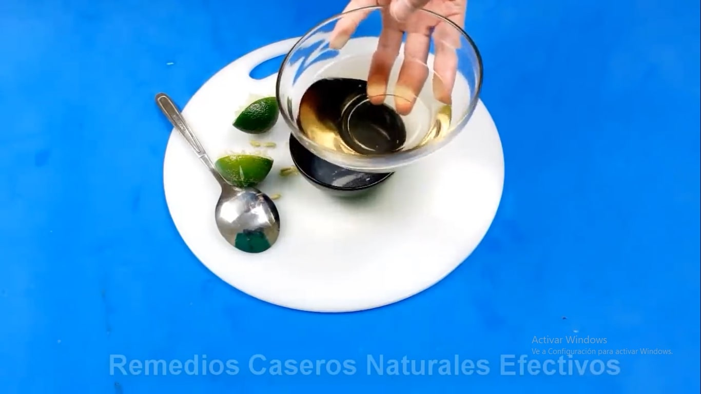 Mezcla de cidra de manzana con jugo de limón para adelgazar