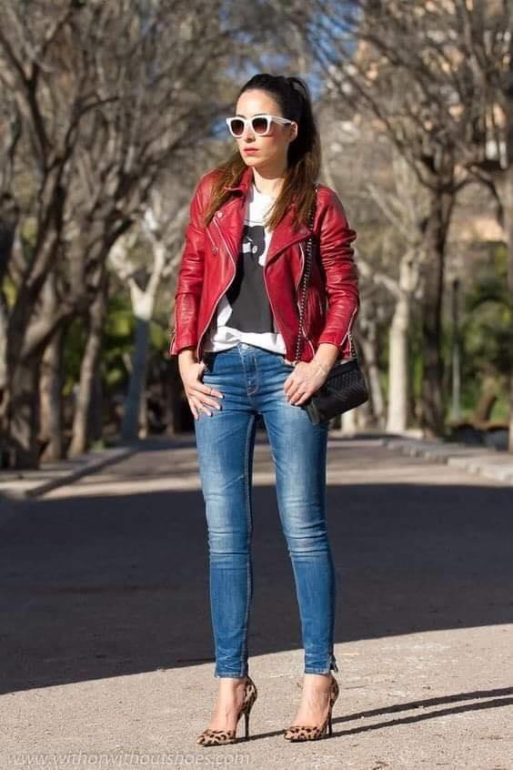 Outfit casual con jeans y chamarra en color rojo