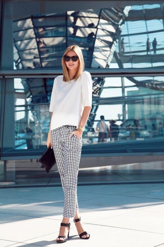 Outfit casual con pantalones de vestir a cuadros para mujer de 40 años o más