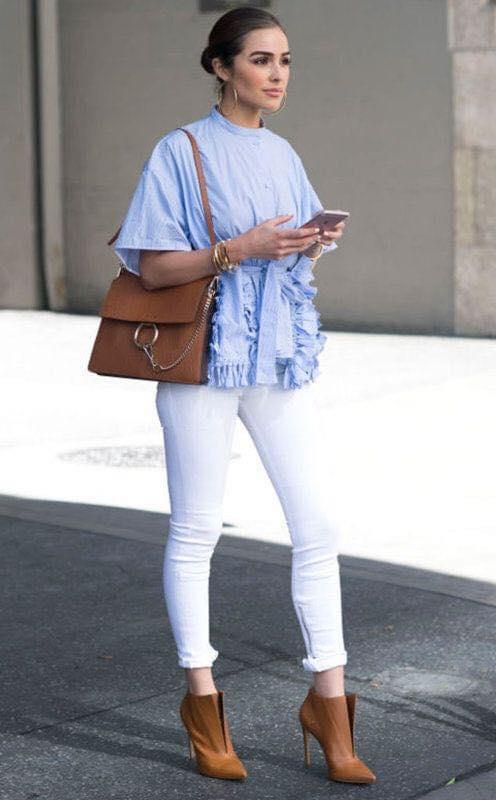 Outfit combinación blanco y azul con holanes frontales si eres una mujer de 40 años o más