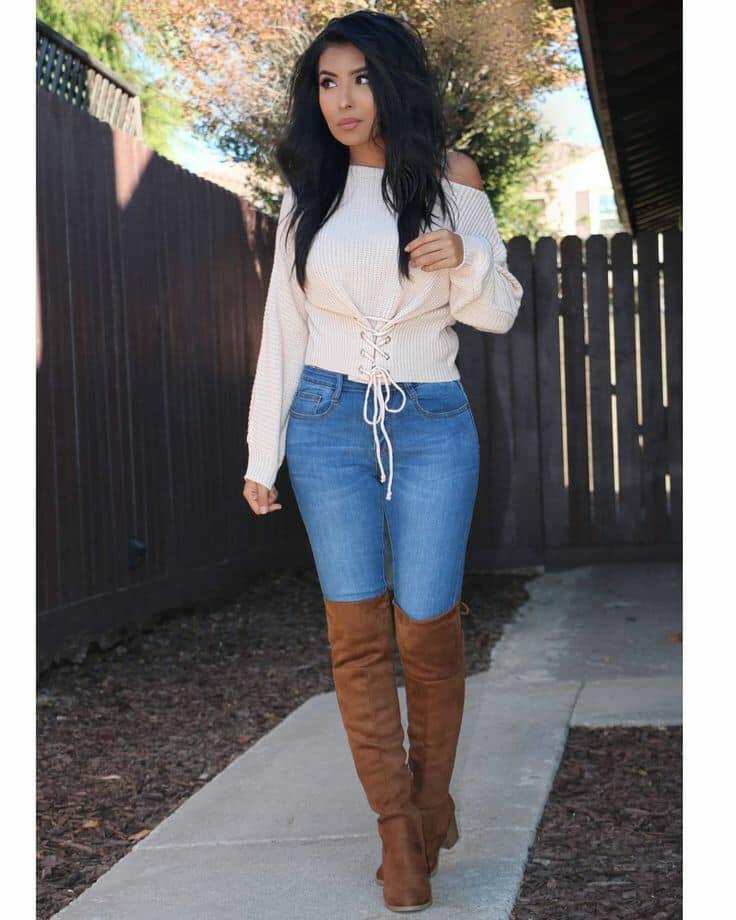 Outfit con botas altas y blusa con detalle de córset