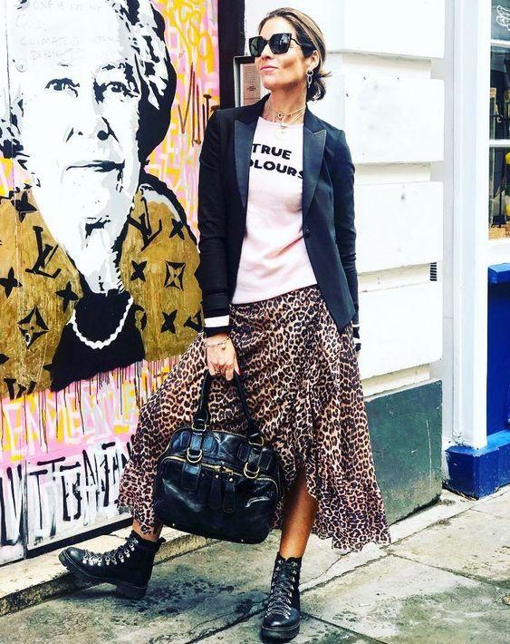 Outfit con falda de animal print para mujeres de 40 años o más