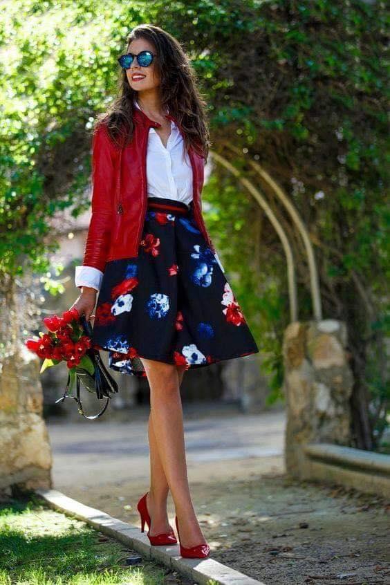 Outfit con falda y chamarra roja