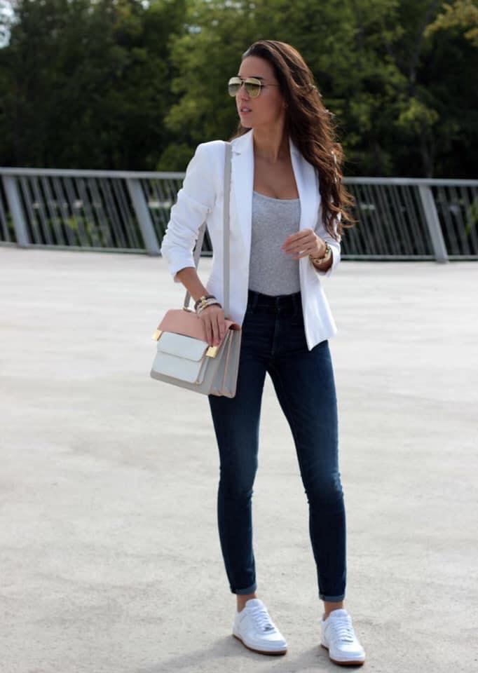 Outfit con tenis y blazer para oficina