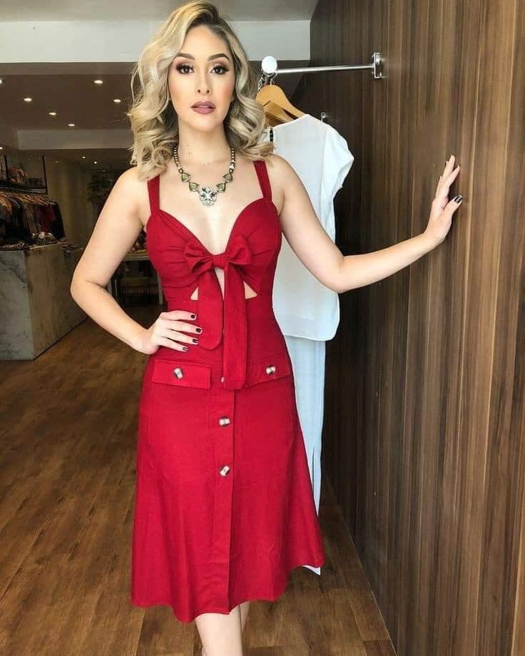 Outfit con vestido rojo con moño