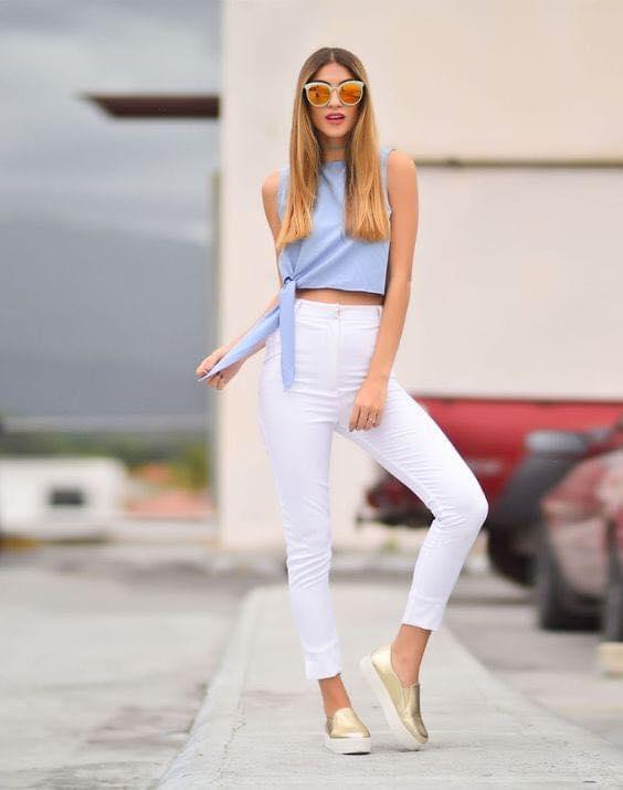 Outfit de pantalón capri con combinación blanco y azul