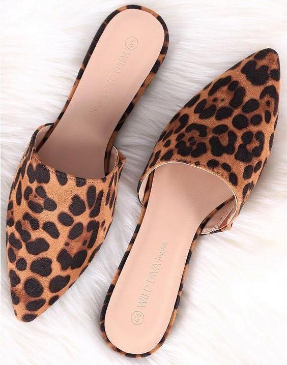 Zapatos para meter el pie sin tacón con print de leopardo