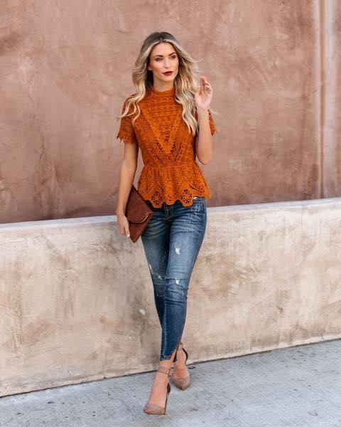 Blusa de encaje combinada con jeans con color de otoño