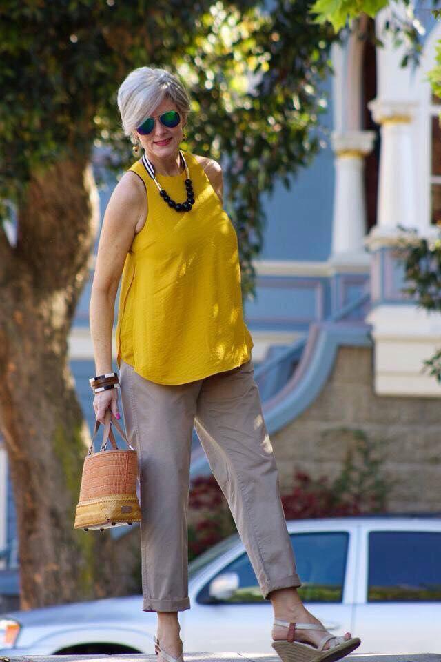 Color mostaza para outfits de mujeres de 50 años o más