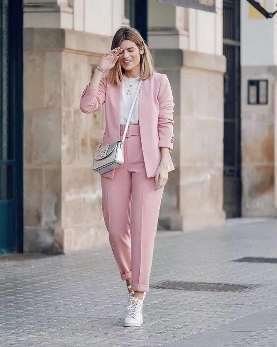 Color rosa para traje de vestir con tenis
