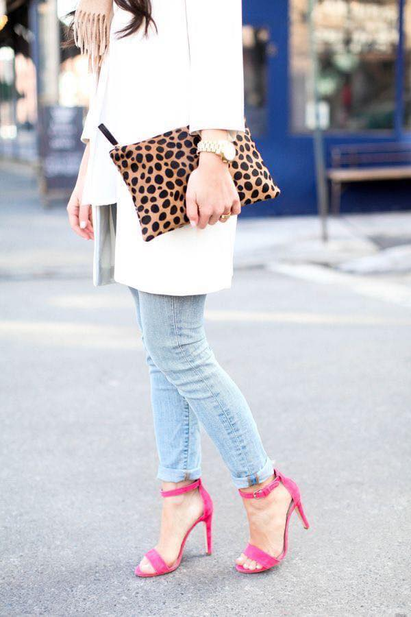 Combina tus tacones rosas con saco blanco