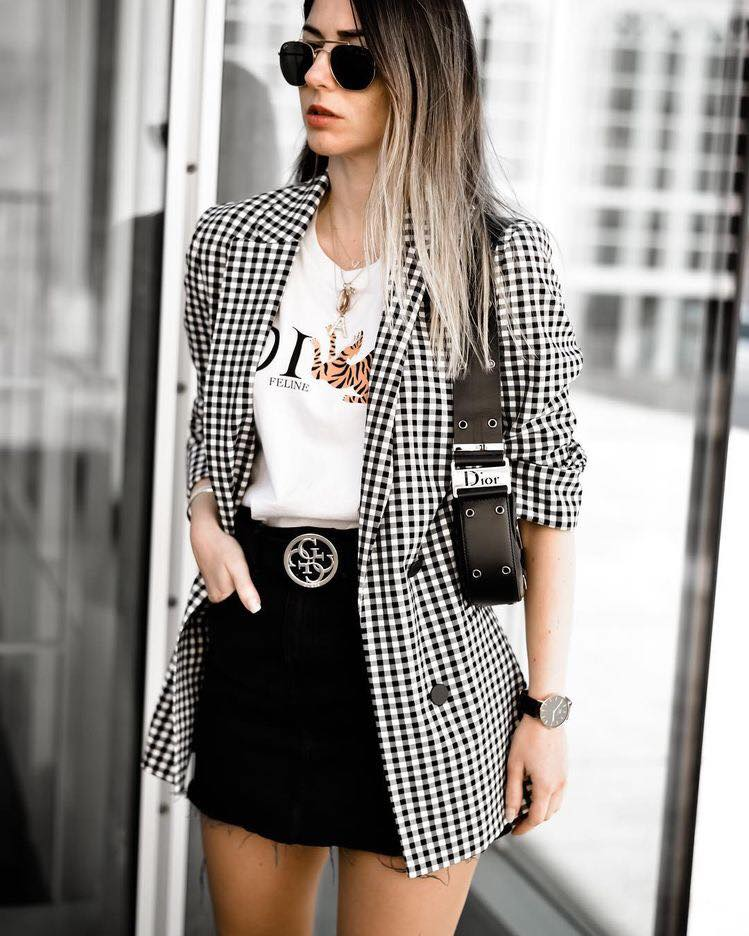 Combinación de blazer a cuadros con look casual