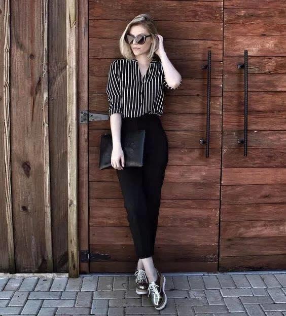 Combinación de blusa a rayas, pantalón de vestir y tenis casuales