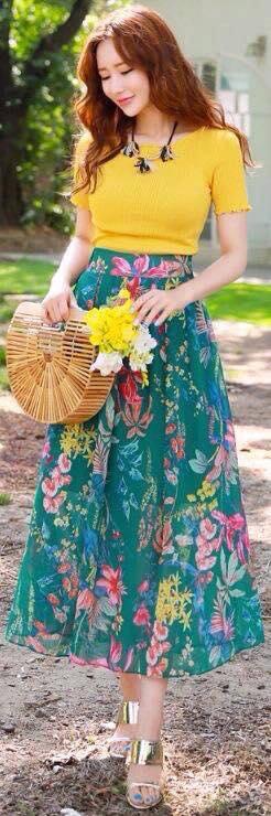 Combinación de falda larga y blusa sencilla en color mostaza
